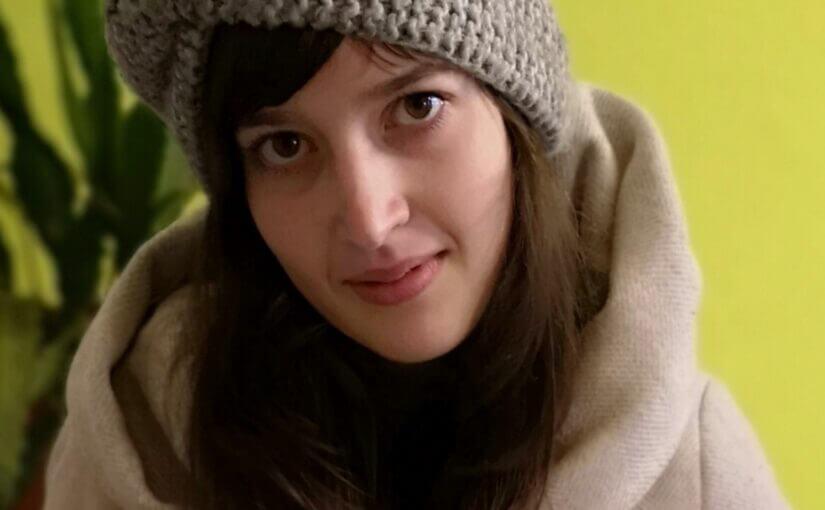 Bild zeigt Frau Neumann mit Kopfbedeckung und in Wintermantel