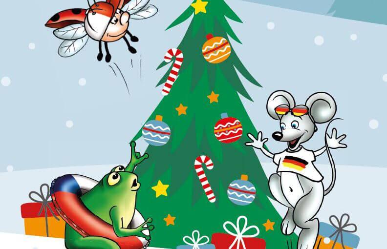 Maus, Frosch und Marienkäfer stehen um einen geschmückten Weihnachtsbaum