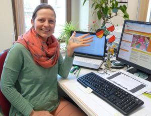 Wissenschaftliche Mitarbeiterin Anne Bartusiak am Arbeitsplatz