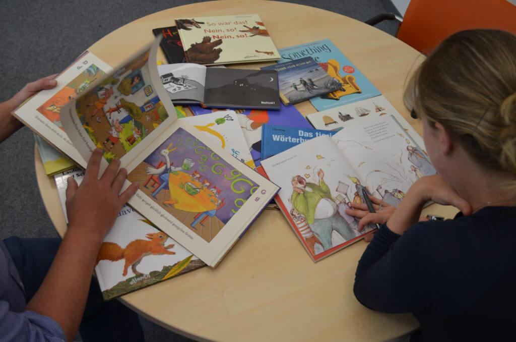 Pädagogen Arbeit mit Büchern