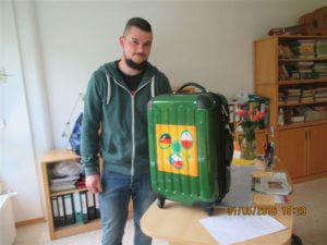 Auszubildender mit Nachbarsprachkoffer