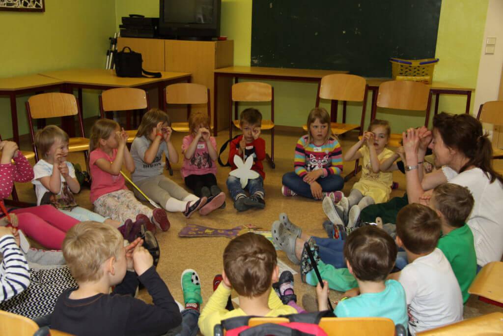 Kinder mit Sprachanimatorin